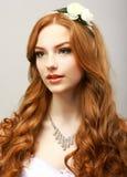Perfeição. Mulher dourada feliz do cabelo com flor. Feminilidade & sensualidade Imagens de Stock