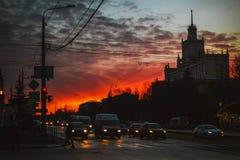 Perfeitamente por do sol sobre a cidade de Chelyabinsk foto de stock
