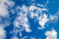 Perfekt blå himmel och vita moln beskådar upp bakgrund Fotografering för Bildbyråer