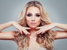 Perfekt blond kvinnaframsida Modell med långt sunt lockigt hår arkivfoton