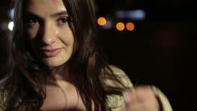 Perfekt brunettkvinna i nattstadsgata lager videofilmer