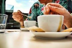 Perfekt cappucino på Vanabbemuseumen Arkivfoton