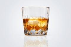 Perfekt exponeringsglas av isolerade whisky och is Royaltyfri Bild