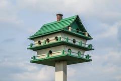 Perfekt fågelförlagematare Arkivfoton