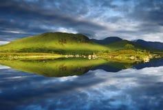 Perfekt för reflexion fjordNah Achlaise Rannoch fortfarande hed vid berget för skotte för montering för Glencoe det västra Skotsk fotografering för bildbyråer