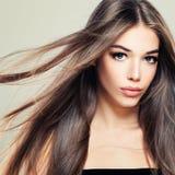 Perfekt flicka med den långa sunda frisyren Fotografering för Bildbyråer