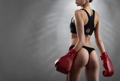 Perfekt formad sportig boxarekvinna royaltyfria bilder