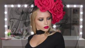 Perfekt Goth kvinnlig som poserar för kamera stock video