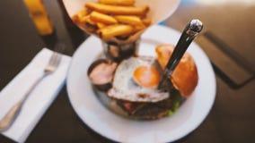 Perfekt hamburgaremål i ett hårt vaggar restaurangen royaltyfria bilder
