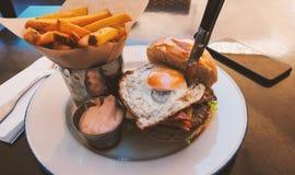 Perfekt hamburgaremål i ett hårt vaggar restaurangen royaltyfria foton