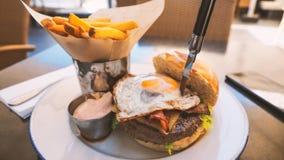 Perfekt hamburgaremål i ett hårt vaggar restaurangen royaltyfri foto