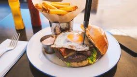 Perfekt hamburgaremål i ett hårt vaggar restaurangen arkivfoton