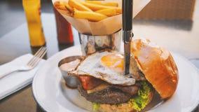 Perfekt hamburgaremål i ett hårt vaggar restaurangen arkivfoto