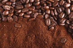 perfekt jordning för bakgrundsbönakaffe Royaltyfri Bild