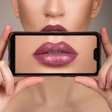 Perfekt kantmakeup för makro Makrofoto av framsidadetaljerna Läppstiftskuggor av rött Glanskanter arkivfoton