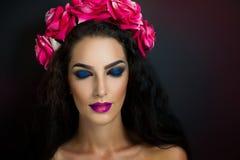 Perfekt kvinna med rosor Royaltyfri Fotografi