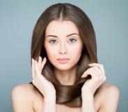 Perfekt kvinnamodemodell med den långa bruna frisyren arkivfoton