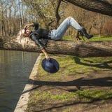 Perfekt kvinnamodemodell Relaxing i utomhus royaltyfri foto