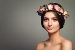 Perfekt kvinnaSpa modell med sund hud och Rose Flowers arkivbilder