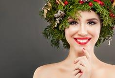 Perfekt le för julflicka Härlig modell med gulligt leende royaltyfria foton