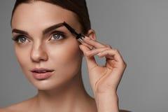 Perfekt makeup för härlig kvinna Krönomsorg för ögonbryn royaltyfri bild