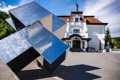 Perfekt manicured förorts- hus med spegeldiagramet på en härlig solig dag arkivbilder
