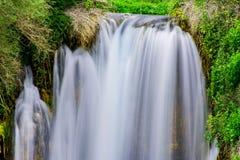 Perfekt naturlig vattenfall i natur Royaltyfri Bild