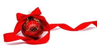 Perfekt röd julboll med det isolerade bandet Fotografering för Bildbyråer