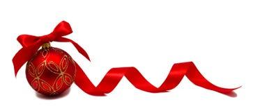 Perfekt röd julboll med det isolerade bandet Arkivfoton