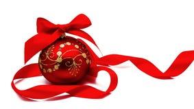 Perfekt röd julboll med det isolerade bandet Arkivbild