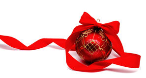 Perfekt röd julboll med det isolerade bandet Arkivbilder