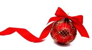 Perfekt röd julboll med det isolerade bandet Arkivfoto