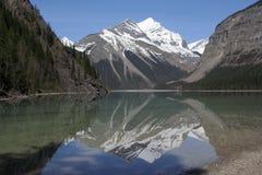 Perfekt reflexion av det Whitehorn berget i Kinney sjön, montering Robson Provincial Park, British Columbia Arkivbild
