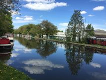 Perfekt reflexion på flodThemsen, Uxbridge Royaltyfria Bilder
