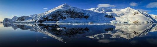 Perfekt reflexionspanorama på Neko Harbor, Neko Harbor, Antarktis Arkivfoton