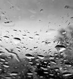 Perfekt regn tappar på exponeringsglaset av bilen Royaltyfri Foto