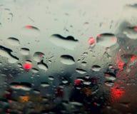 Perfekt regn tappar på exponeringsglaset av bilen Royaltyfri Fotografi