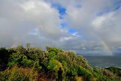 Perfekt regnbåge över havet på udde Byron Arkivfoton