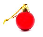 Perfekt retro röd isolerad julboll fotografering för bildbyråer