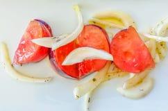 Perfekt sallad med bl?a tomater f?r en raff och olivgr?n jungfrulig olja royaltyfri fotografi