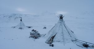 Perfekt sikt av den Siberian livcloseupen lägret av yurts, släden och renar utanför arkivfilmer