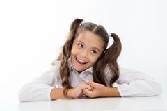 Perfekt skolflicka med rumsrent utsmyckat hår Förbereder den ultimata bästa listan för skolafrisyren den första skoladagen för un arkivbilder