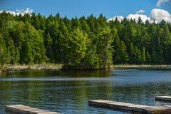 Perfekt sommardag på en lugna sjö Arkivbild