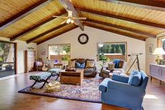 Perfekt traditionell vardagsrum med den härliga dekoren arkivfoton
