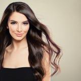 Perfekt ung kvinna med att blåsa hår arkivfoto