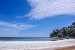 Perfekt väder på den Laem Singh stranden i Phuket, Thailand fotografering för bildbyråer