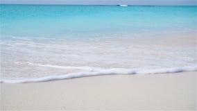 Perfekt vit sandig strand med turkosvatten lager videofilmer