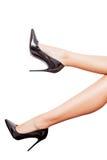 Perfekta ben i svarta skor som isoleras över vit bakgrund Royaltyfri Fotografi