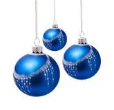 Perfekta blåa julbollar som isoleras på vit Arkivbild
