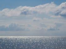 Perfekta fridsamma seascape- och förbluffamoln Arkivfoto